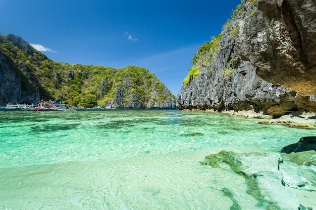 Bela lagoa azul tropical. paisagem cênica com a baía do mar e ilhas de montanha, el nido, palawan, filipinas, sudeste da ásia. cenário exótico