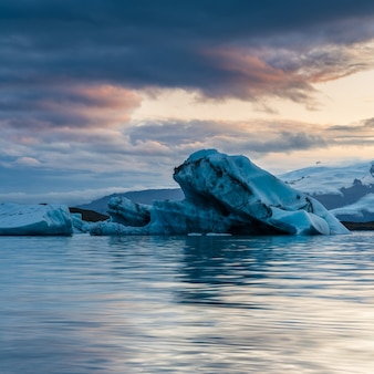 Bela lagoa glaciar na islândia com céu nublado