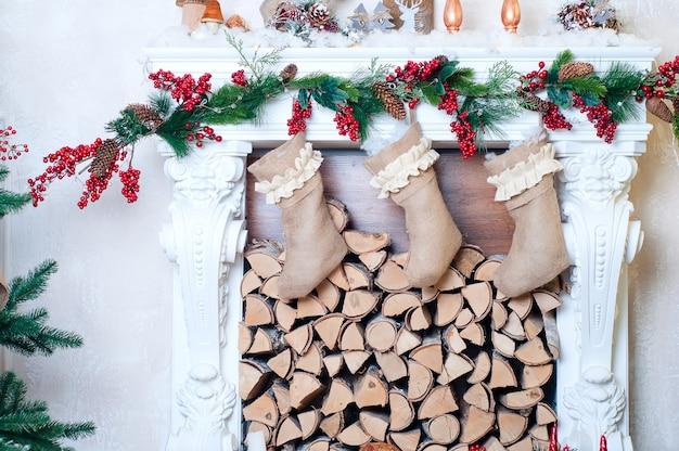 Bela lareira decorada para o natal