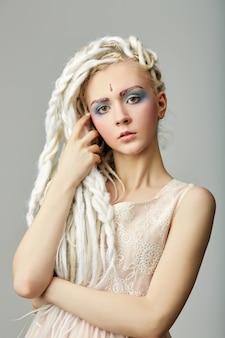 Bela loira adolescente com dreadlocks