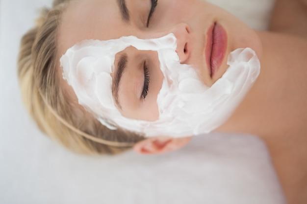 Bela loira recebendo tratamento facial