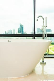 Bela luxuosa banheira vazia branca decoração interior de banheiro