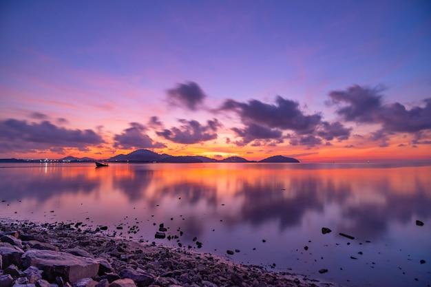 Bela luz da paisagem da natureza pôr do sol ou nascer do sol céu dourado ardente e ondas douradas brilhantes reflexão da luz bonita na superfície do mar fundo da natureza da paisagem incrível.