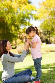 Bela mãe com a filha no parque