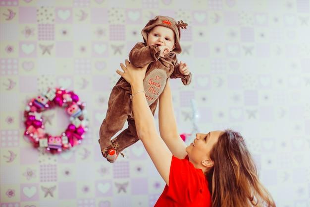 Bela mãe joga seu adorável filho no ar