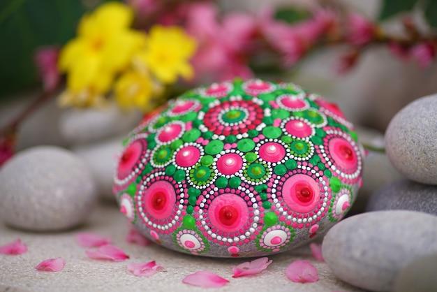 Bela mão pintada mandala em pedra