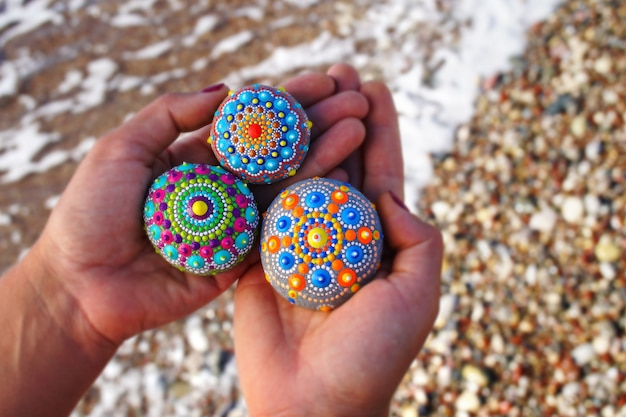 Bela mão pintada rochas mandala