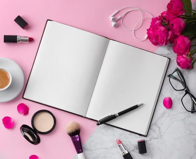 Bela maquete plana lay design para blogging local de trabalho