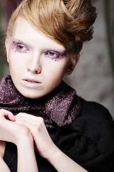 Bela maquiagem de forma criativa. mulher jovem