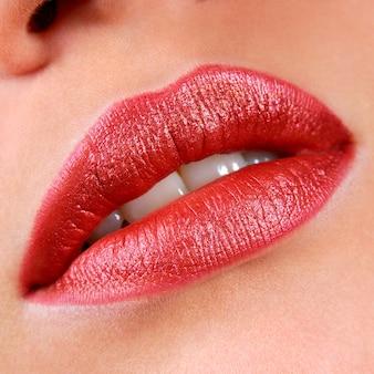 Bela maquiagem de lábios brilhantes