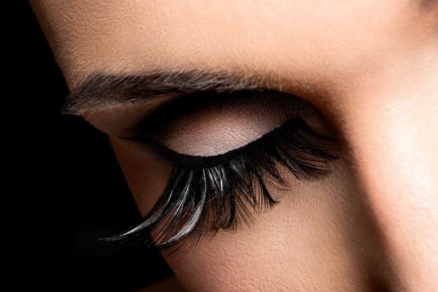 Bela maquiagem dos olhos com longos cílios postiços. rosto de férias
