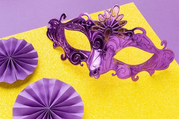 Bela máscara violeta elegante de alta vista