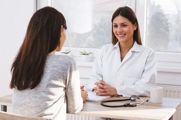 Bela médica feminino paciente consulta