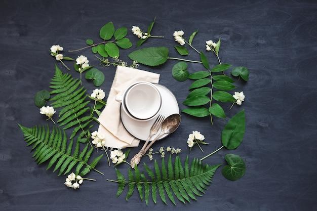 Bela mesa de primavera boho configurar maquete com flor selvagem e decoração de plantas. foto de vista superior plana na moda.