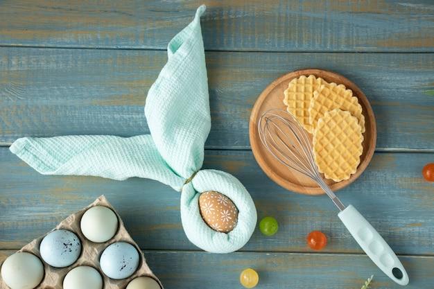 Bela mesa festiva de páscoa com guardanapo coelhinho da páscoa