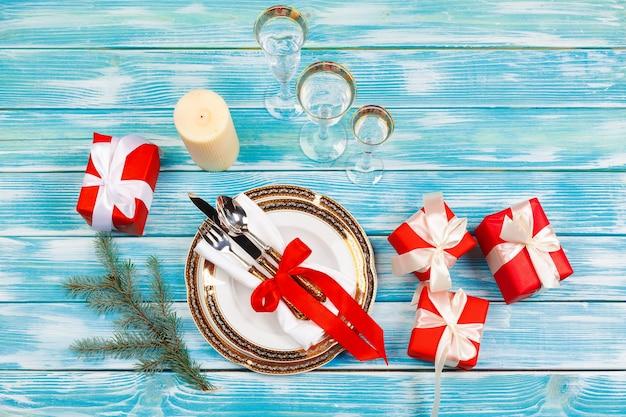 Bela mesa vermelha de natal com enfeites de perto