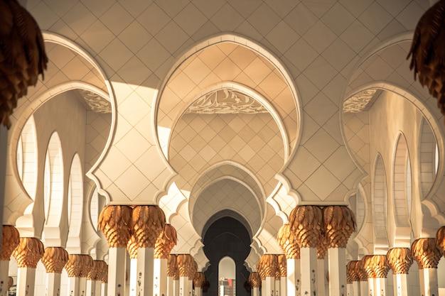 Bela mesquita em abu dhabi grande mesquita sheikh zayed nos emirados árabes unidos