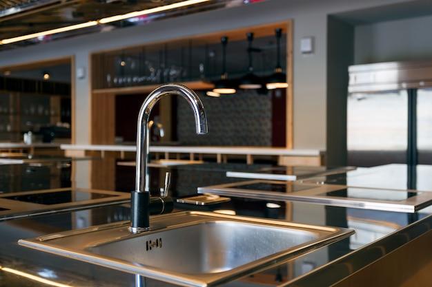 Bela mettalic pia em uma cozinha moderna