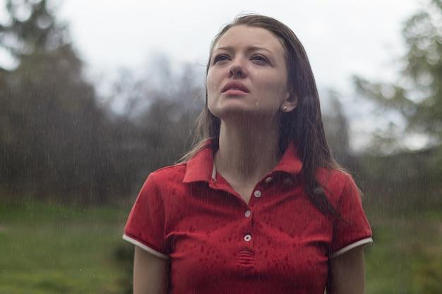 Bela moça, mulher molhada, em lágrimas, feminino sob a chuva de verão. chateada menina chorando, expondo o rosto para pingos de chuva.