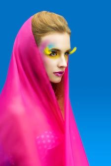 Bela moda mulher com maquiagem brilhante em rosa