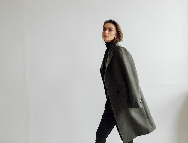 Bela moda mulher posando com elegante terno