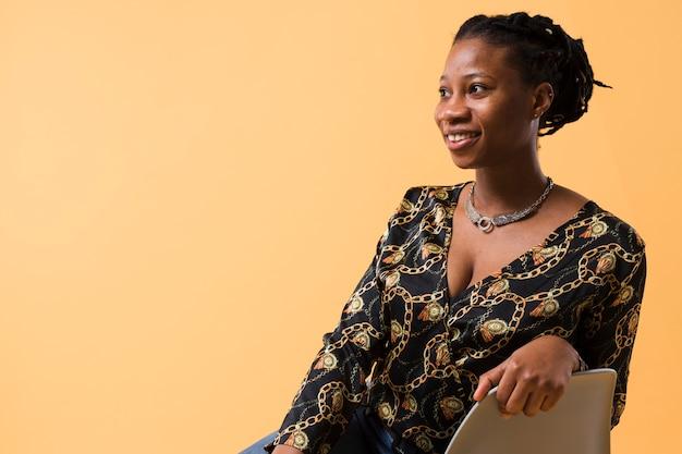 Bela modelo afro-americana, olhando para longe