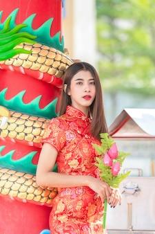 Bela modelo asiático vestindo tradicional cheongsam. feliz ano novo chinês