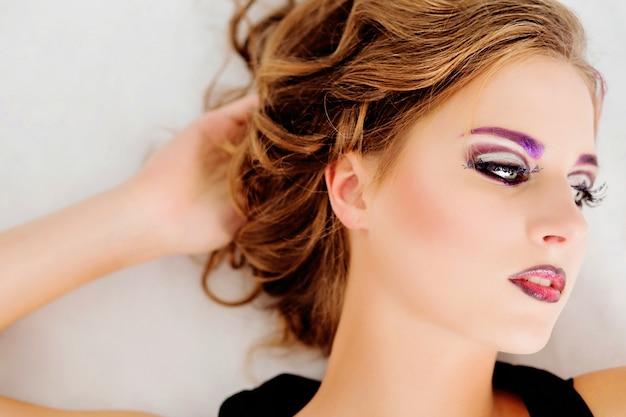 Bela modelo com maquiagem moda e uma foto no corpo posando