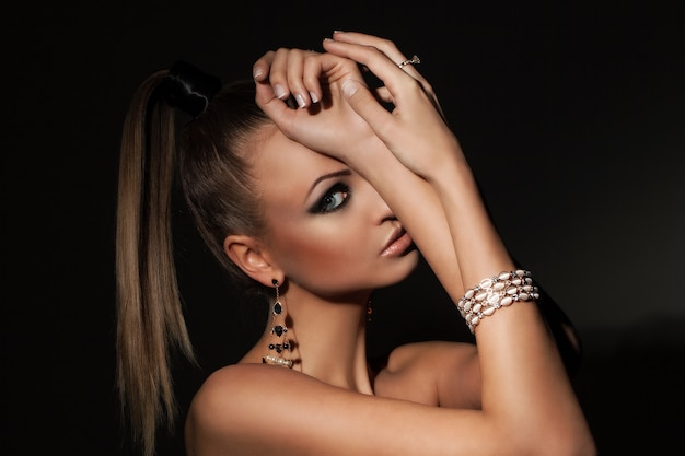 Bela modelo com rabo de cavalo e maquiagem