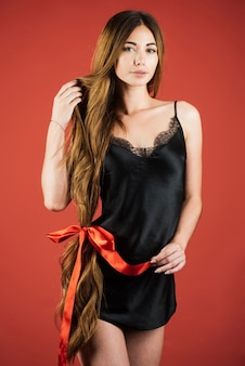 Bela modelo de cosméticos de cabelo com cabelo muito comprido cabeleireiro penteado salão de beleza e saúde