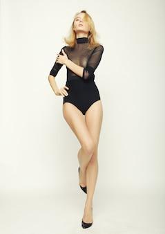 Bela modelo de mulher com corpo esguio perfeito e pernas longas