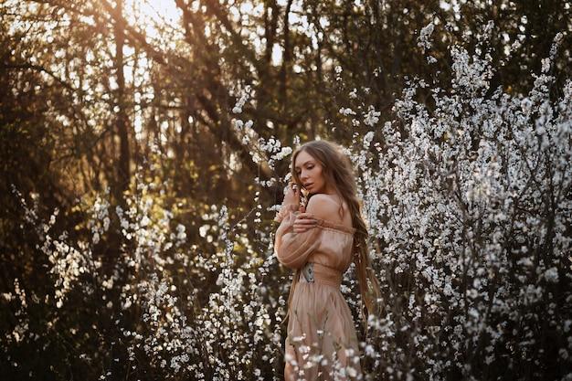 Bela modelo em flor. primavera
