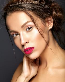 Bela modelo feminino com maquiagem diária fresca com lábios vermelhos