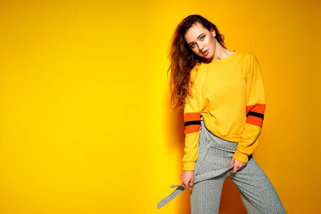 Bela modelo feminino usa camisola comfrotable casual