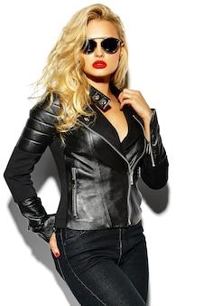 Bela modelo loiro com jaqueta de couro e óculos de sol