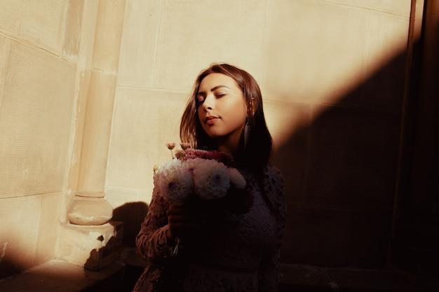 Bela modelo morena posando para a rua com sombra no rosto