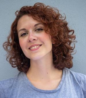Bela modelo ruiva brasileira sorrindo e posando para a câmera.