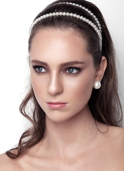 Bela modelo usando acessórios de casamento de cabelo com pérolas para noiva linda