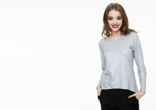 Bela modelo usando blusa cinza prata