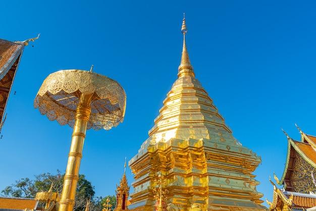 Bela montagem dourada no templo de wat phra that doi suthep em chiang mai, tailândia.