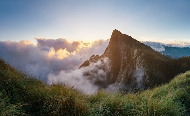 Bela montanha ao nascer do sol em west ghats