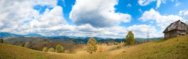 Bela montanha de outono e uma pequena aldeia na encosta da montanha (cárpatos, ucrânia). quatro tiros costuram a imagem.