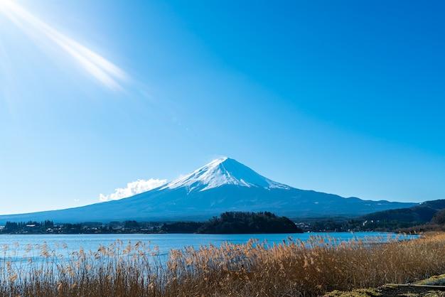 Bela montanha fuji com lago kawaguchiko e céu azul no japão