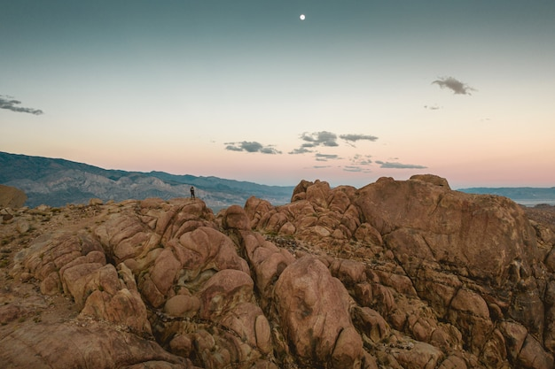 Bela montanha rochosa com o céu colorido