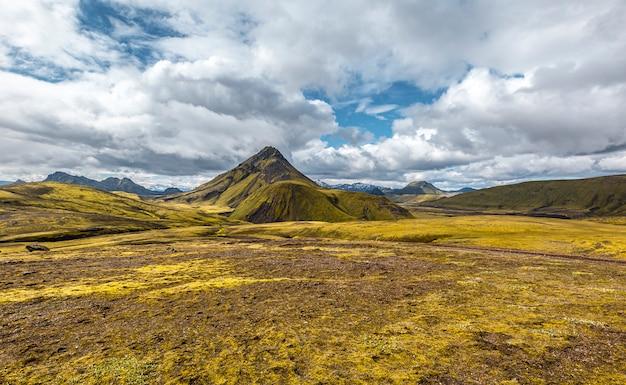 Bela montanha verde na caminhada de 54 km de landmannalaugar, islândia