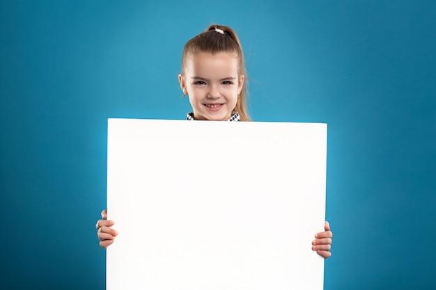 Bela morena caucasiana criança espera cartaz vazio