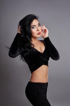 Bela morena com cabelo preto encaracolado, perfeito