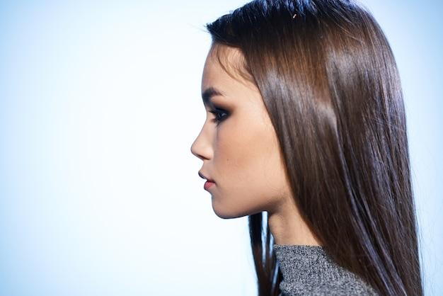 Bela morena elegante estilo brilhante maquiagem luxuosa aparência atraente studio.