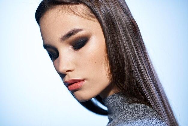 Bela morena elegante estilo brilhante maquiagem