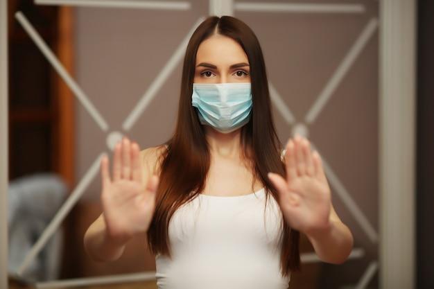 Bela morena em máscara mostra parar de sentar em casa
